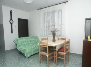 Apartments with a parking space Rukavac Vis 2473