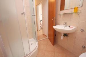 Apartments by the sea Rastici (Ciovo) - 4823, Apartmanok  Trogir - big - 11