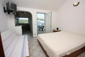 Apartments by the sea Necujam Solta 5182