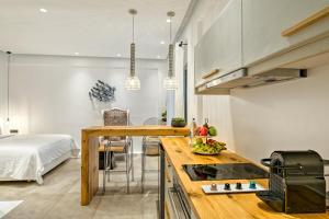 Portes Suites & Villas Mykonos, Aparthotely  Glastros - big - 77