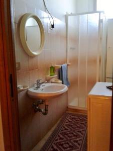 Doppelzimmer mit einem privaten extern gelegenen Bad sowie Meerblick.
