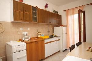 Apartment Slatine 7585b, Appartamenti  Slatine - big - 2