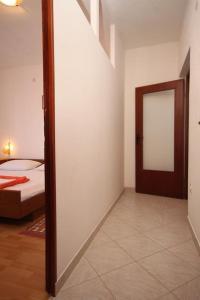 Apartment Slatine 7585b, Appartamenti  Slatine - big - 10