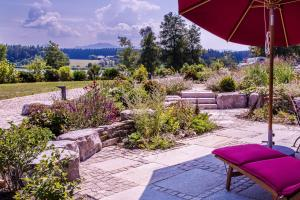 Lebensart-am-See-moderne-Ferienwohnung-Rosengarten-direkt-am-See - Höslwang