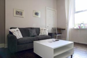 2 Bedroom Apartment with Free Parking Sleeps 6
