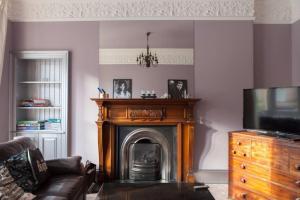 Stylish 3 Bedroom Flat Sleeps 2 to 6 Guests