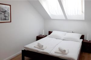 Attic Apartment close to Subway and Airport