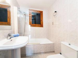 Holiday Home Cantabria House, Holiday homes  Calonge - big - 33