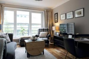 2 Bedroom Flat with Free Garage Parking Sleeps 4