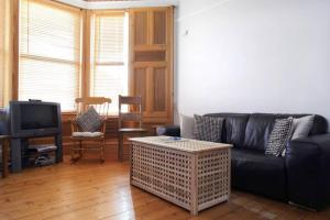 Central 2 Bed Flat With Garden Sleeps 4