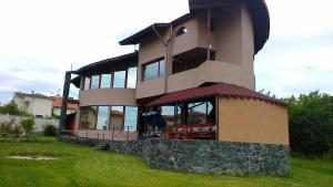 Villa Kera, Близнаци