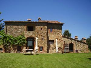 Charming independent villa in Tuscany with 3 bedrooms and private pool.
