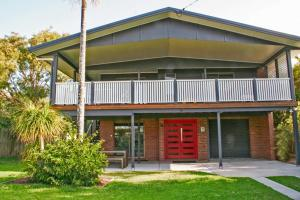Red Door Beach House - Marcoola Beach - PET FRIENDLY, FOXTEL, WIFI, 500 BOND, Linen Supplied - Marcoola
