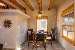 2 Bedroom - 10 Min. Walk to Plaza - Kiva, Case vacanze  Santa Fe - big - 12