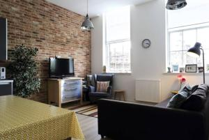 Spacious 2 Bedroom Loft in Converted School!