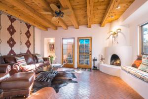 2 Bedroom - 10 Min. Walk to Plaza - Serenidad, Ferienhäuser  Santa Fe - big - 1