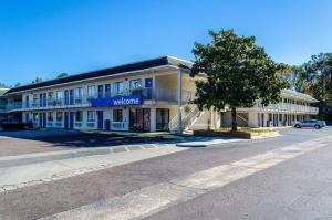 Motel 6-Charleston, - North