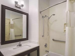 La Quinta Inn & Suites South Padre Island Beach, Hotels  South Padre Island - big - 29