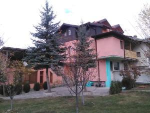 Villa Lilia, Априлци