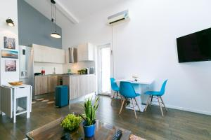 Industrial style 2 Bedroom Apt 3 min from the beach!