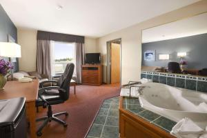 Super 8 by Wyndham Whitecourt, Szállodák  Whitecourt - big - 25