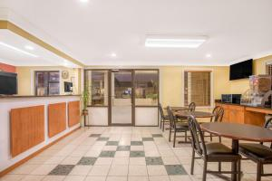 Super 8 by Wyndham Sumter, Motels  Sumter - big - 10