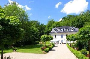 Weisses-Haus-am-Kurpark-Fewo-Gartenblick - Bad Suderode