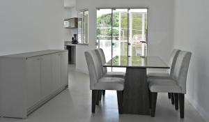 Lindo Apartamento de 3 Suites próximo ao Mar, Apartmány  Bombinhas - big - 21
