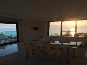 Luxury Apt in Konak Sea Side with a Sea front view and a private beach, Каргычак