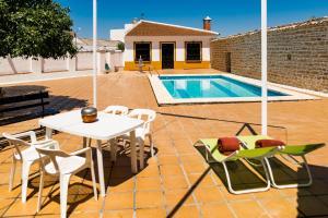 Villa en plena campiña andaluza - Piscina y chimenea