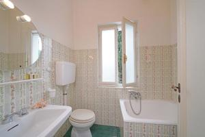 Villa Gecko, lovely family villa with private pool 100m from lake and shops, Villas  Gardone Riviera - big - 17