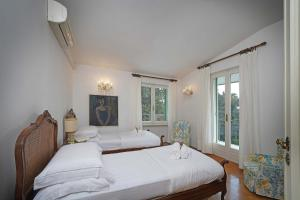 Villa Gecko, lovely family villa with private pool 100m from lake and shops, Villas  Gardone Riviera - big - 11