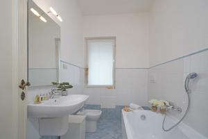 Villa Gecko, lovely family villa with private pool 100m from lake and shops, Villas  Gardone Riviera - big - 18