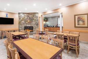 Ramada by Wyndham Asheville Southeast, Hotels  Asheville - big - 7