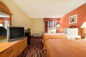 Travelodge Sturgis- Michigan, Motels  Sturgis - big - 13