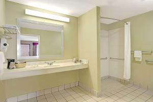 Days Inn by Wyndham San Antonio Near Fiesta Park, Hotely  San Antonio - big - 17