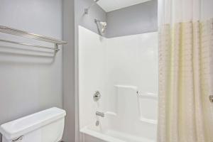 Days Inn by Wyndham Great Lakes - N. Chicago, Hotely  North Chicago - big - 34