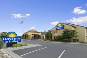 Days Inn & Suites by Wyndham O..