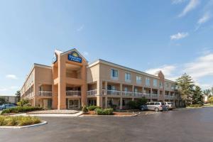 Days Inn & Suites by Wyndham W..
