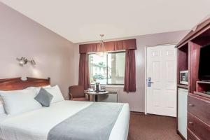 Super 8 by Wyndham Lake Country/Winfield Area - Hotel - Winfield
