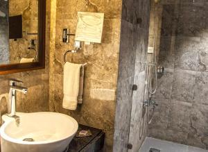 Hotel Ahdoos, Отели  Сринагар - big - 6
