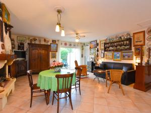 Cozy Holiday Home in Les Petits Bonneveaux near Sea