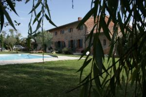 Accommodation in Issus