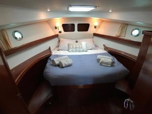 Location gîte, chambres d'hotes Yacht Escapade II nuits à quai dans le département Manche 50