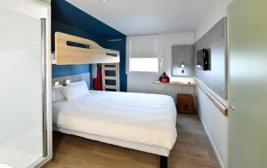 standard room with 1 double bed and a bunk bed Ibis Budget Le Havre Les Docks