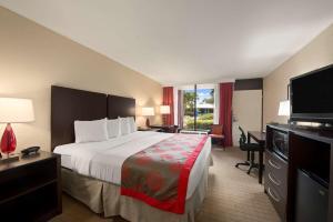 Ramada by Wyndham Naples, Hotely  Naples - big - 55