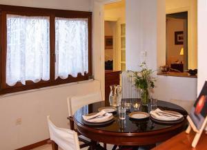 Spacious house next to Athens' coast, in Kalamaki, Apartments  Athens - big - 16