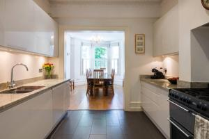 Traditional 5bed family home, 2min from tube - London