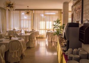 Hotel Fucsia, Отели  Риччоне - big - 39