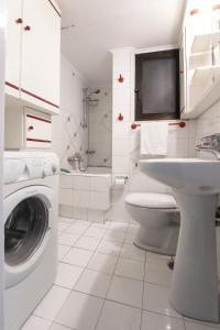 Petralona Cosy Penthouse, Apartmanok  Athén - big - 10